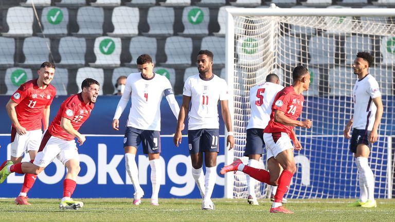 Dan Ndoye s'éloigne alors que les joueurs anglais semblent abattus