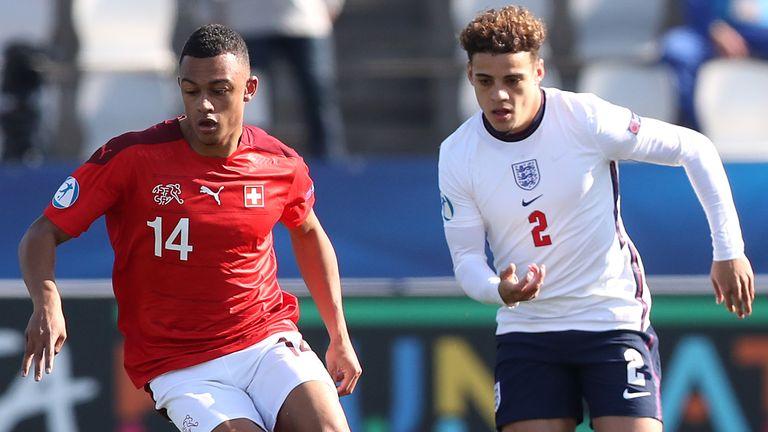 Le Suisse Dan Ndoye (à gauche) et le défenseur anglais des moins de 21 ans Max Aarons se battent pour le ballon