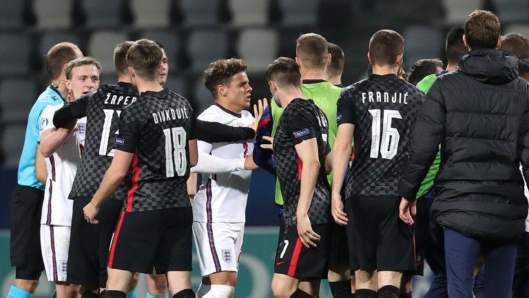 Jucătorii Angliei U-21 se confruntă cu jucătorii Croației U-21 în fluierul final după ieșirea din Euro 2021