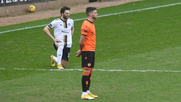 SNS - Dundee United Players choose to Stand against racism during the Scottish Premiership match against Aberdeen at Tannadice
