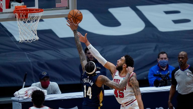 Chicago Bulls guard Denzel Valentine goes to the basket against New Orleans Pelicans forward Brandon Ingram