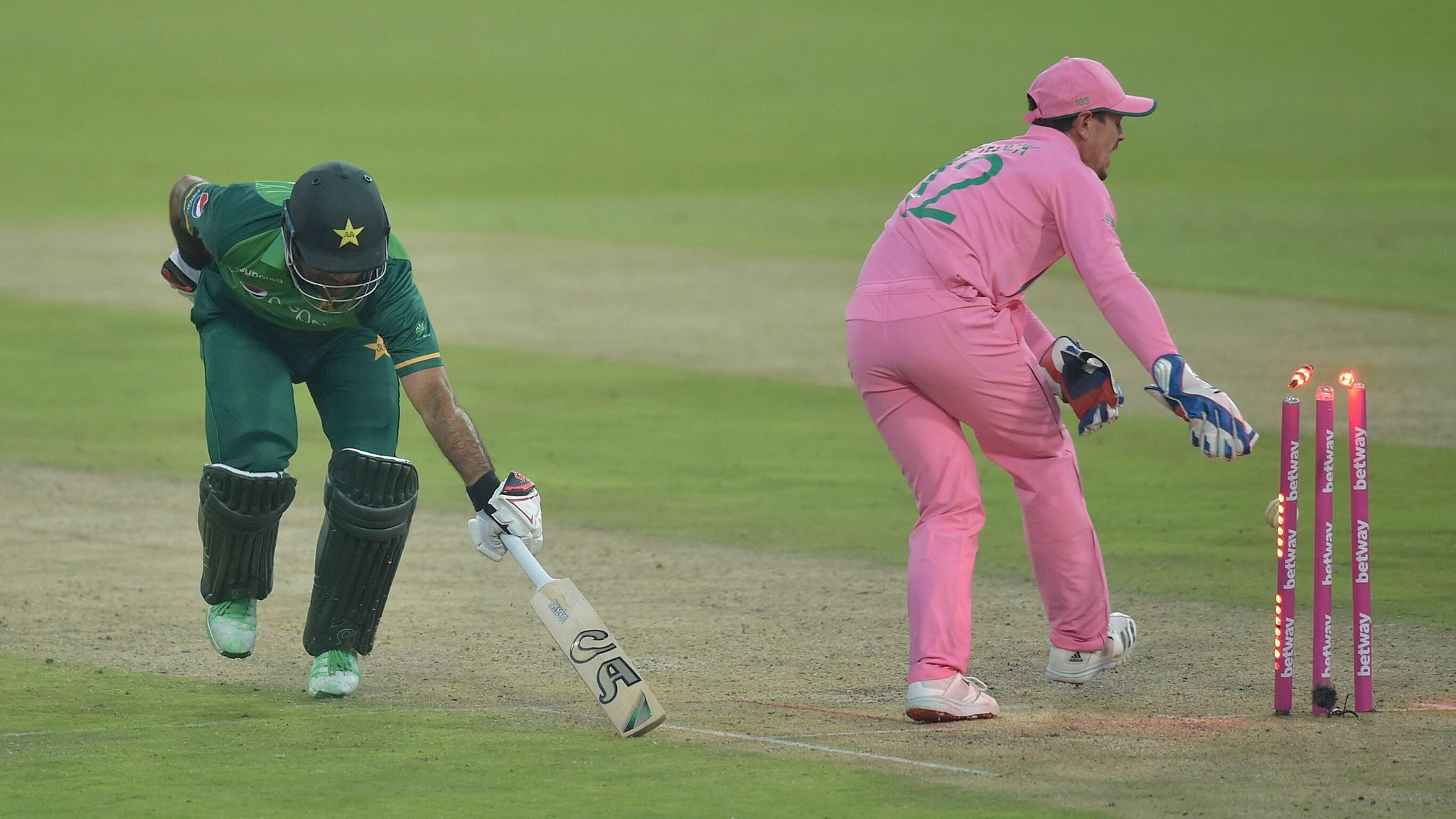 Quinton de Kock: Was South Africa wicketkeeper in the wrong during Fakhar Zaman's run out? | Cricket News | Sky Sports