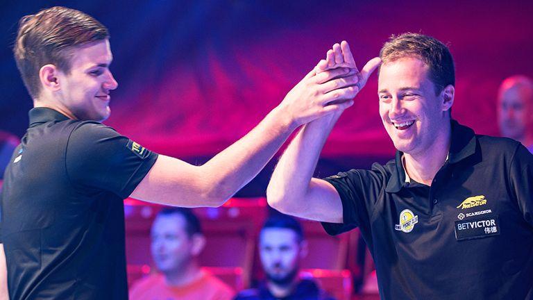Estonsko Mark Maggie (vlevo) a Denise Grabbeová se střetly na finále mistrovství světa v kulečníku.