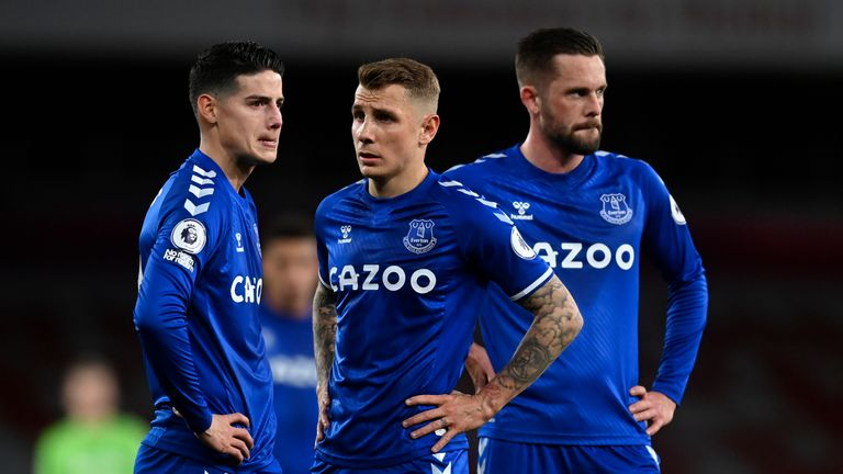 A trio of Everton players discuss a set-piece situation