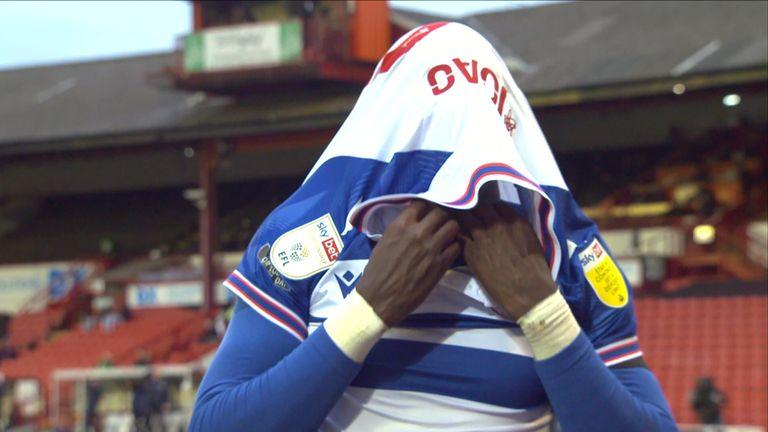 القراءة لوكاس جواو يحمل رأسه بين يديه بعد أن أضاع هدفًا مفتوحًا ضد بارنسلي.