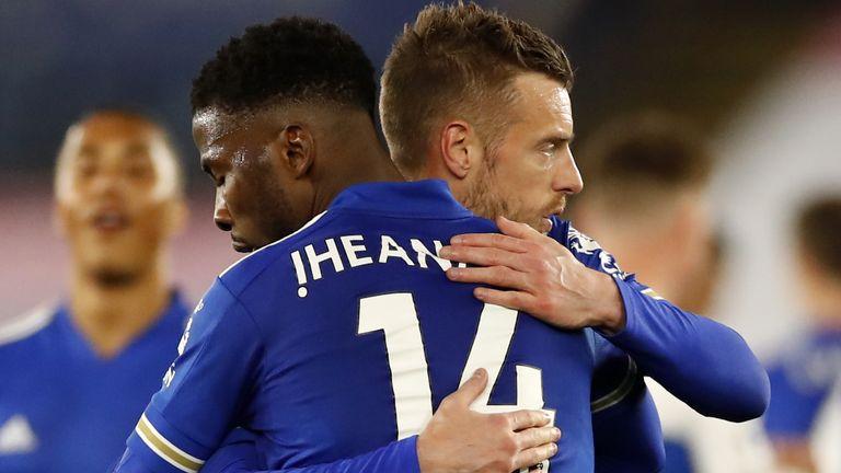 Kelechi Iheanacho festeggia con un gol vincente con Jamie Vardy