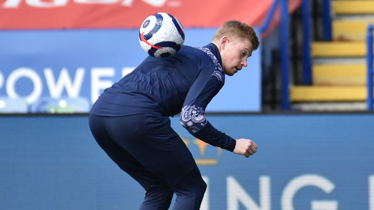 De Bruyne controls the ball on his back during the warm-up