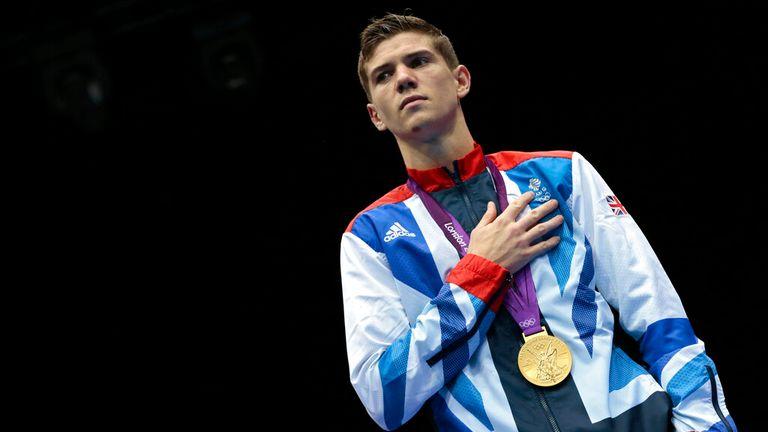 Le Britannique Luke Campbell représente l'hymne de son pays après avoir remporté la médaille d'or de la compétition masculine de boxe poids coq 56 kg aux Jeux olympiques d'été de 2012, le samedi 11 août 2012 à Londres .  (AP Photo/Ivan Sekretarev)