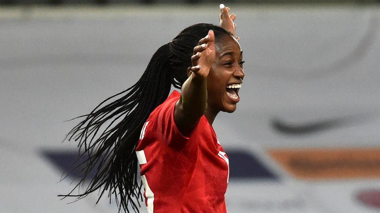 Kanada feiert Nichelle Prince, nachdem es beim internationalen Frauenfußballspiel zwischen England und Kanada bei Bet365 das zweite Tor gegen England erzielt hat