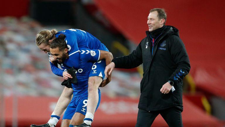AP - Tom Davies and Dominic Calvert-Lewin with Duncan Ferguson