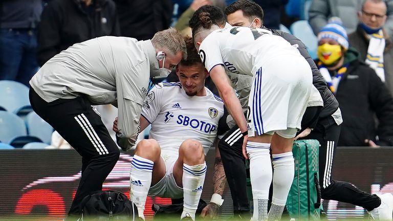 Calvin Phillips a avut nevoie de ajutor după ce un mijlocaș de la Leeds a primit cartonașul pentru o intervenție asupra lui Grady Diangana
