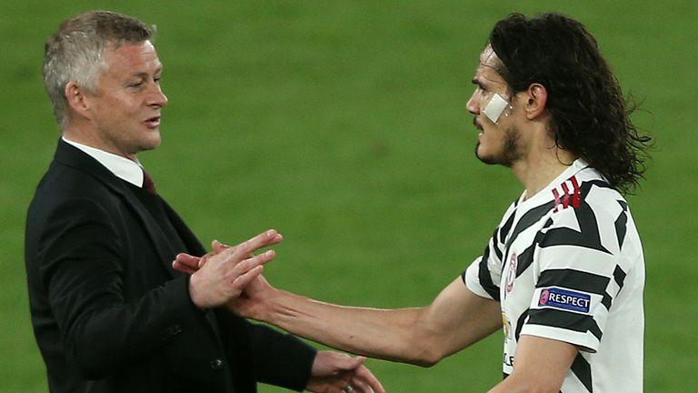 El técnico del Manchester United, Ole Gunnar Solskjaer, le da la mano a Edinson Cavani después de que fuera sustituido durante el partido en Roma.