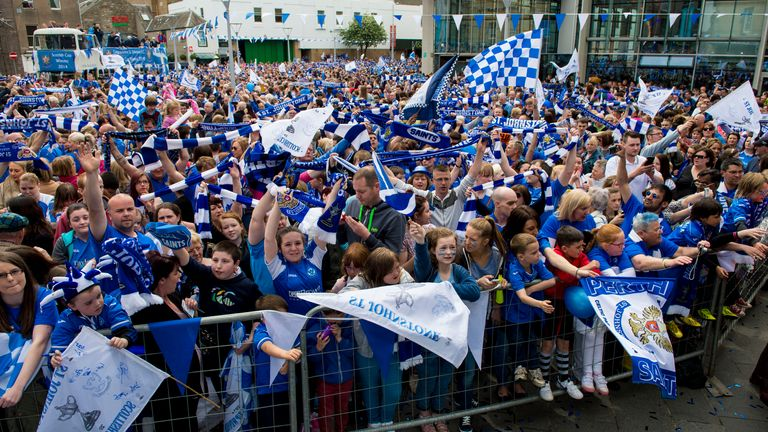 SNS - St Johnstone supporters turn out in numbers for the Scottish Cup parade in 2014