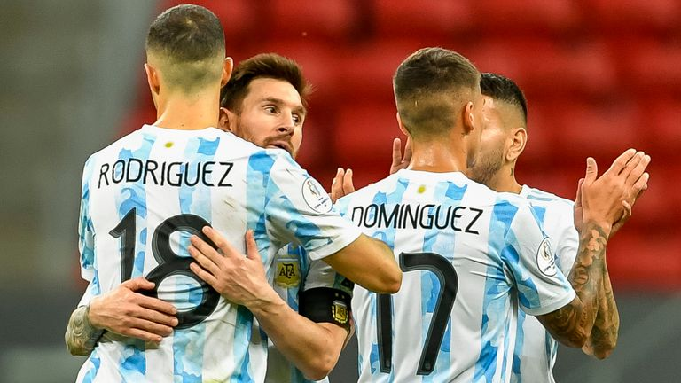 DF - Brasilia - 06/21/2021 - COPA AMERICA 2021, ARGENTINA VS PARAGUAY - Argentina's Messi player celebrates victory with his team's players at the end of the match against Paraguay at the Mane Garrincha stadium for the Copa America 2021 championship. Photo: Mateus Bonomi /AGIF