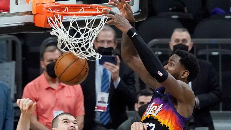 DeAndre Ayton dunks home the game-winner for the Phoenix Suns