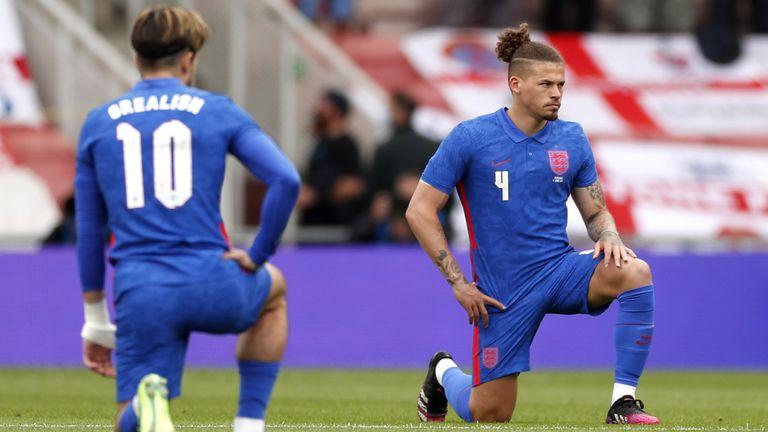 لاعبو إنجلترا يأخذون ركبة قبل المباراة ضد رومانيا (PA)