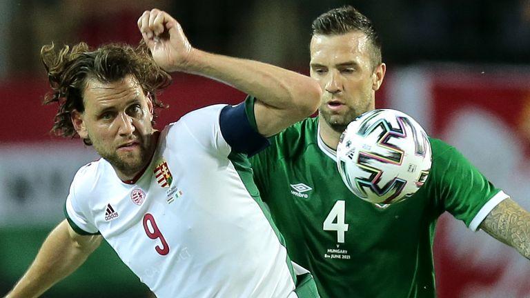 Adam Szalai de Hungría (izquierda) y Shane Duffy luchan por el balón