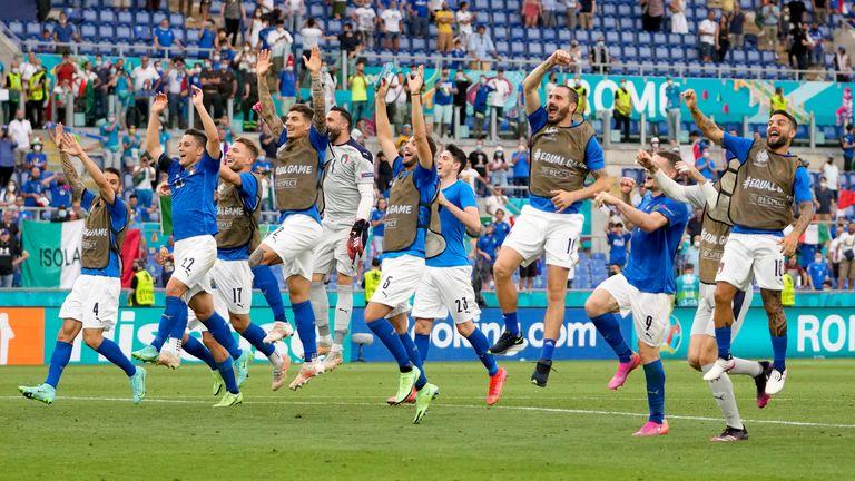 I giocatori dell'Italia festeggiano con i loro tifosi dopo aver vinto il Gruppo A