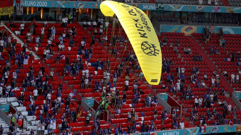 Die Gleitschirmflieger ließen Müll auf Fans im Stadion in München fallen (dpa)