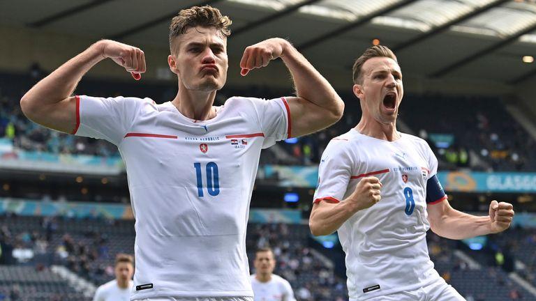 República Checa Patrick Cech, a la izquierda, celebra tras anotar el primer gol de su equipo desde un penalti contra Croacia