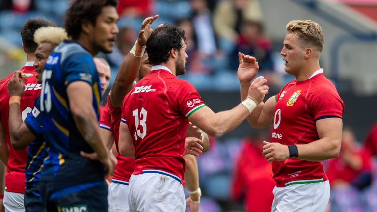 Robbie Henshaw is congratulated by Duhan van der Merwe after scoring