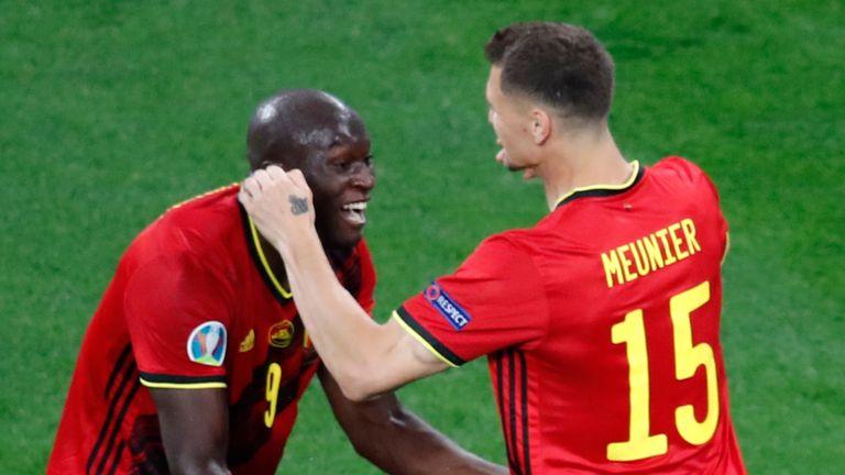 Romelu Lukaku en Thomas Meunier maakten voor het einde van de eerste helft de twee Belgische doelpunten in hun 2-0-zege op Rusland in Sint-Petersburg.