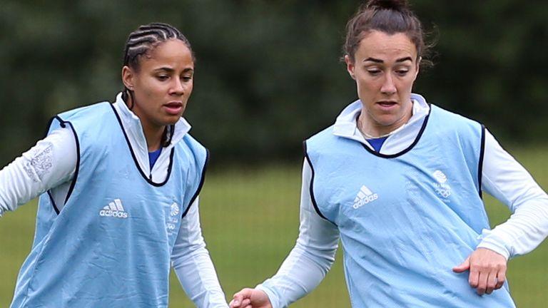 GB & # 39;  s Lucy Bronze (derecha) y Demi Stokes durante una sesión de formación en la Universidad de Loughborough (PA)