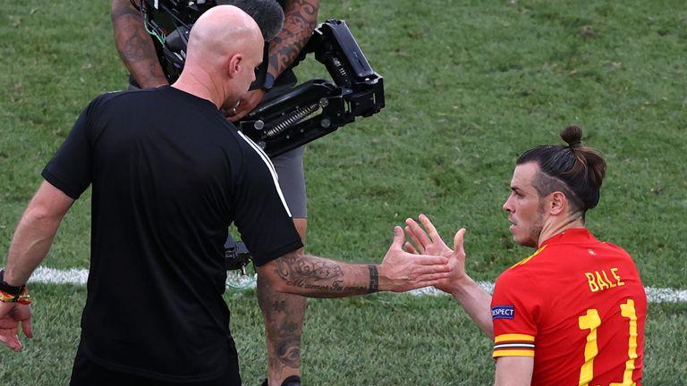 Rob Page e Gareth Bale dopo che il Galles si è assicurato un posto negli ottavi di finale a Euro 2020