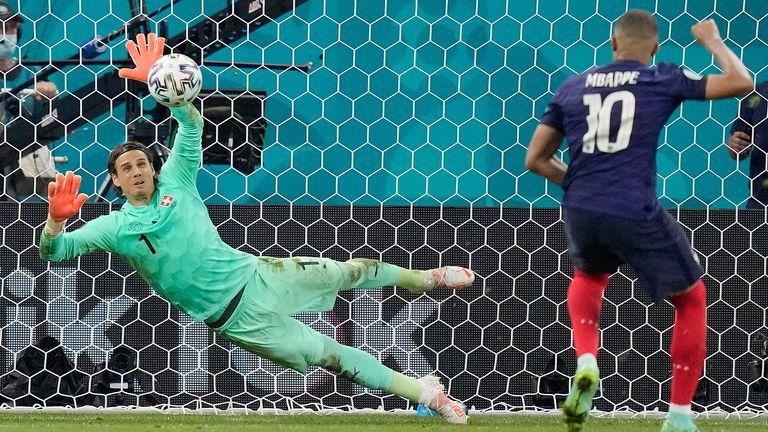 El portero de Suiza, Jan Sommer, salva el penalti del francés Kylian Mbappé durante el partido de la 16ª ronda de la Eurocopa 2020 entre Francia y Suiza en la Arena Nacional de Bucarest.