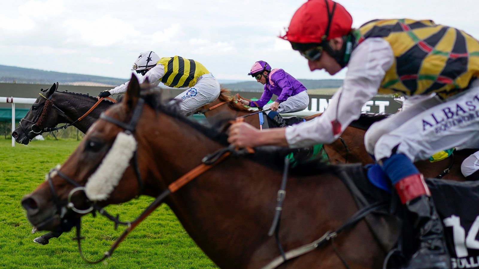 Commanche Falls pounces to land Unibet Stewards' Cup at Goodwood