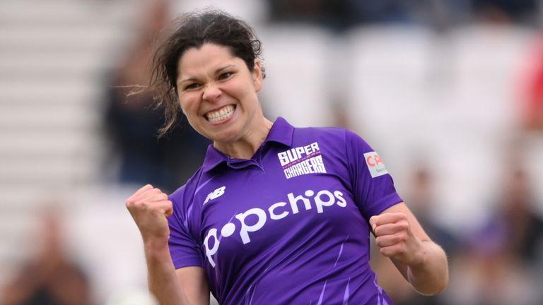 Alice Davidson-Richards a joué avec la batte et la balle pour aider les Northern Superchargers à battre les Oval Invincibles pour se hisser en tête du classement
