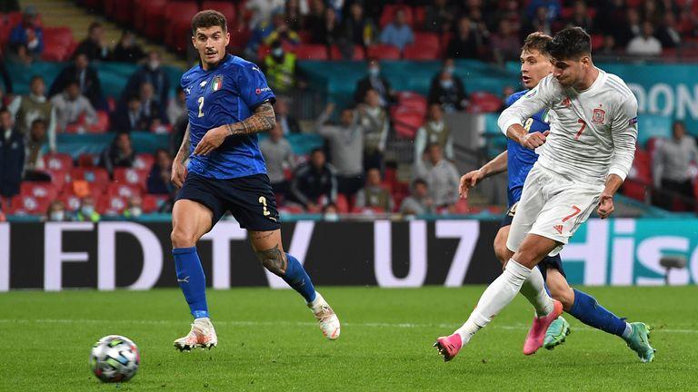 Lo spagnolo Alvaro Morata segna contro l'Italia