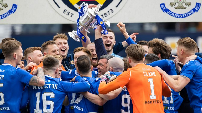 GLASGOW, SCOTLAND - MAY 22: St Johnstone Manager Callum Davidson lifts the Scottish Cup trophy during the Scottish Cup final match between Hibernian and St Johnstone at Hampden Park, on May 22, 2021, in Glasgow, Scotland. (Photo by Craig Williamson / SNS Group)