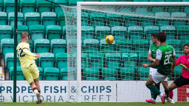 Emile Smith Rowe scores for Arsenal to reduce Hibernian's lead