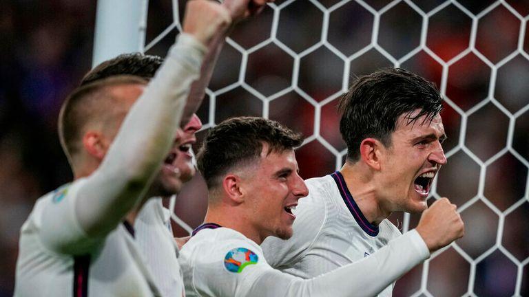 Игроки сборной Англии празднуют победу в полуфинале чемпионата Европы по футболу 2020 года против Дании на стадионе Уэмбли в Лондоне в среду, 7 июля 2021 года.  (AB Photo / Фрэнк Остин, Пул)