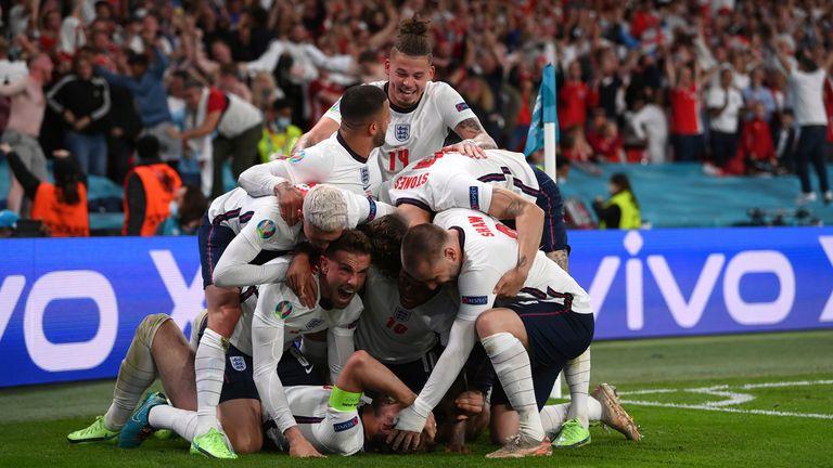 Harry Kane, de Inglaterra, celebra con sus compañeros de equipo después de anotar el segundo gol de su equipo durante el partido de semifinales de fútbol de la Eurocopa 2020 entre Inglaterra y Dinamarca en Wembley.