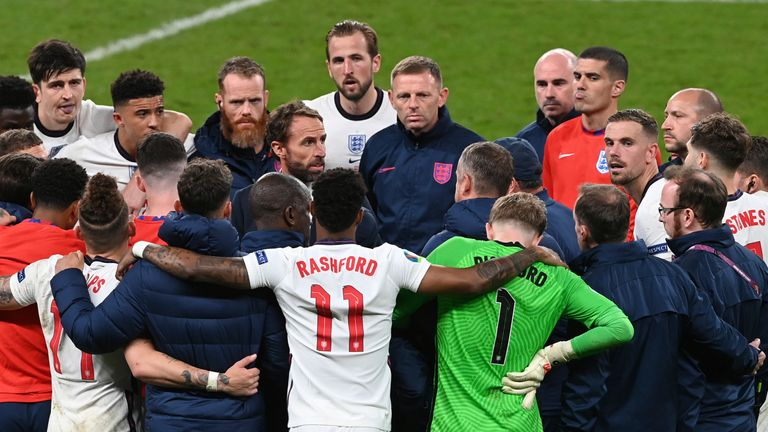 Southgate talks to his players ahead of the shootout