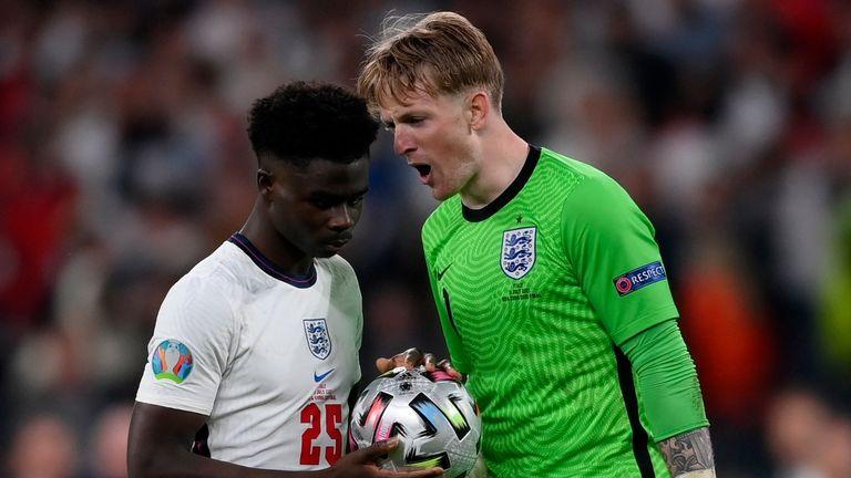 Jordan Pickford esulta per Bukayo Saka prima del calcio di rigore