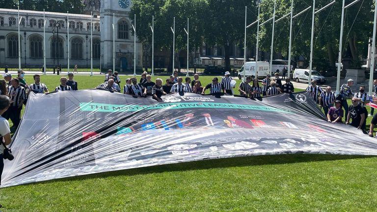 احتجاج المشجعين في نيوكاسل في لندن