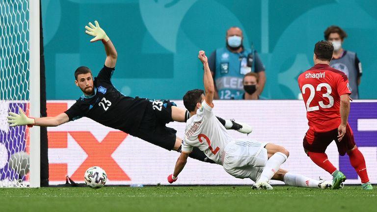 Xherdan Shaqiri marcó el gol del empate para Suiza tras un error entre los defensores españoles Aymeric Laporte y Pau Torres.