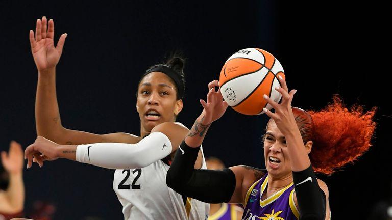 LOS ANGELES, CA - 30 de junio: Amanda Zahoei B. (1) de Los Angeles Sparks rebota contra el A '  Ja Wilson (22) de Las Vegas ases en la primera mitad el 30 de junio de 2021 en el Centro de Convenciones de Los Ángeles en Los Ángeles, California.  Los ases ganaron 99-75.  (Foto de John McCoy / Icon Sportswire) (Icon Sportswire a través de AP Images)