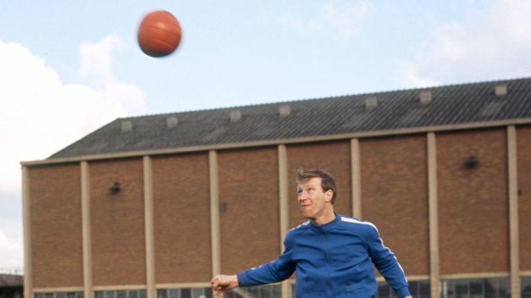 Jack Charlton dirigiendo el balón durante una sesión de entrenamiento del Leeds United en 1968