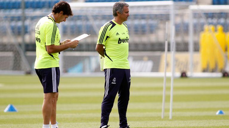 El entrenador del Real Madrid, José Mourinho (derecha), sigue a sus jugadores junto a su asistente Aitor Karanka durante una sesión de entrenamiento en el campo de entrenamiento de Valdebebas el 16 de julio de 2012 en Madrid, España.