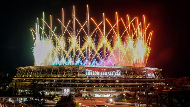 Fajerwerki rozbłyskują nad Stadionem Narodowym podczas ceremonii zamknięcia Igrzysk Olimpijskich w Tokio 2020, niedziela, 8 sierpnia 2021 r. w Tokio.  (Zdjęcie AP/Kiichiro Sato)