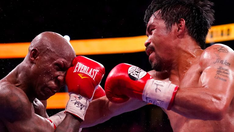 فاز الفلبيني ماني باكياو على يوردينيس أوغاس الكوبي في مباراة الملاكمة لبطولة ويلدر وييتس يوم السبت 21 أغسطس 2021 في لاس فيجاس.  (AB Photo / John Locher)