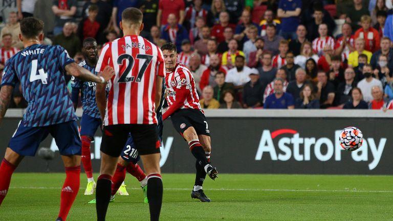 Sergi Canos puts Brentford 1-0 up in the first half (Paul Terry/CSM via ZUMA Wire)