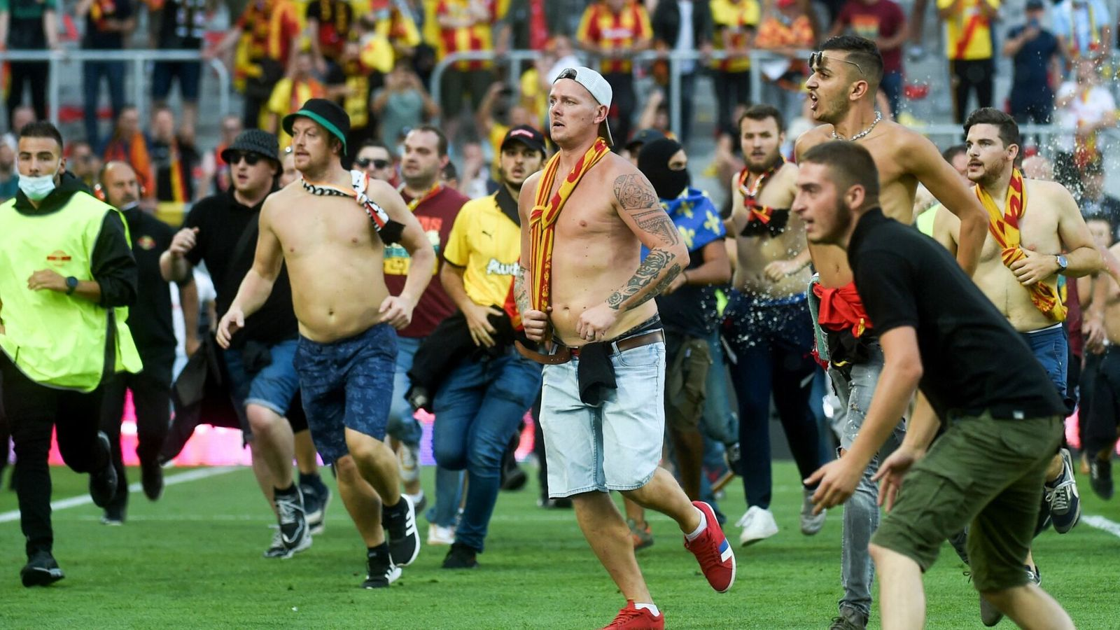 Crowd trouble mars Lens derby win over Lille, Bayern and Inter win big - European round-up