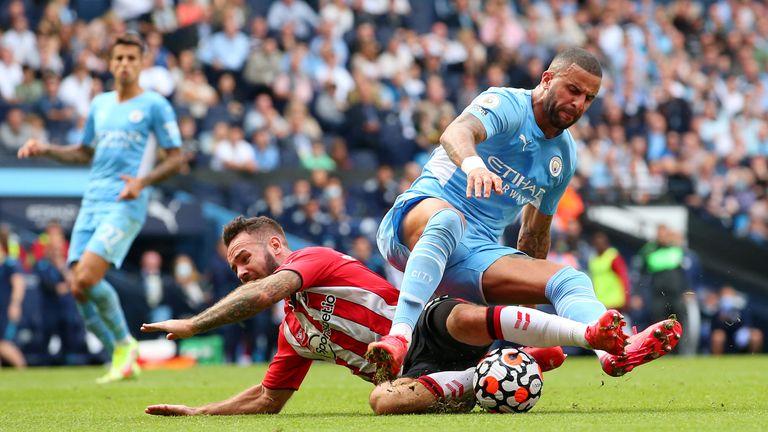 Adam Armstrong es desafiado por Kyle Walker que resulta en una penalización y una tarjeta roja para el lateral del Man City, las cuales son anuladas luego de una revisión del VAR.