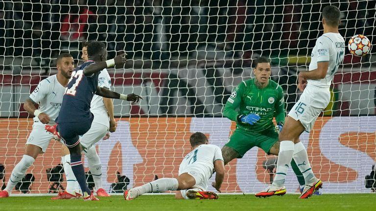 Idrissa Gueye del PSG, a la izquierda, anota el primer gol durante el partido de fútbol del Grupo A de la Liga de Campeones entre el Paris Saint-Germain y el Manchester City en el Parc des Princes de París el martes 28 de septiembre de 2021 (AP Photo / Christophe Ena)