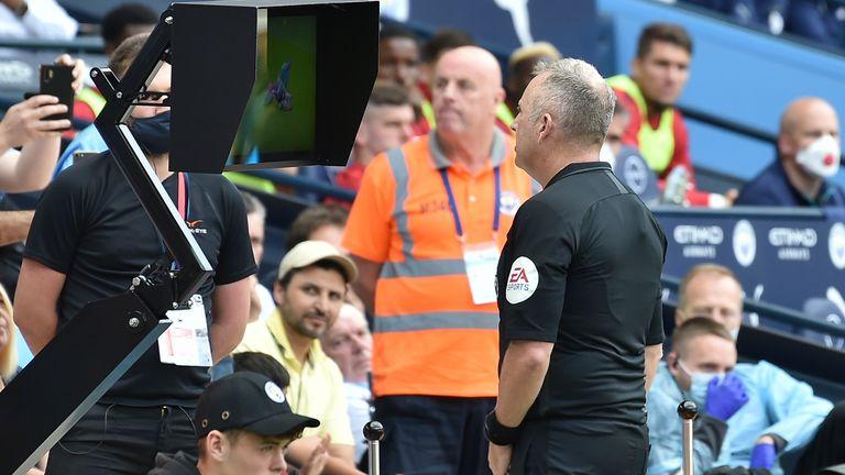 El árbitro Jon Moss va al monitor de la cancha para revisar un desafío de Kyle Walker, antes de anular su decisión de expulsar al defensor del Man City y otorgarle a Southampton un penalti.